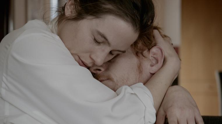 em seus braços